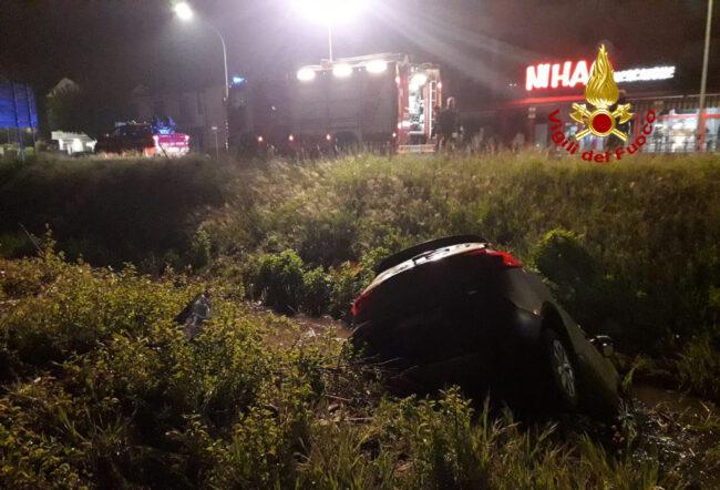 Piove di Sacco, auto finisce nel fosso e si ribalta più volte: un ferito