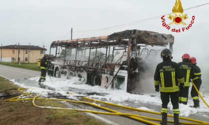 Le impressionanti foto dell'autobus divorato dalle fiamme a Codevigo
