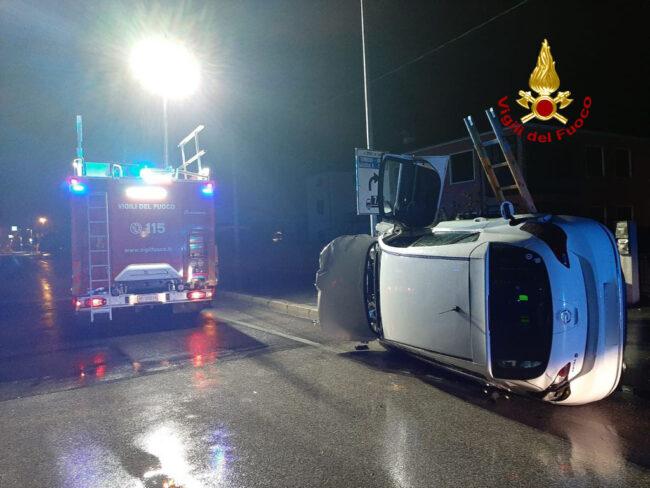 Distrugge con l'auto una ringhiera, la cabina elettrica e gli sfiati del gas: illeso