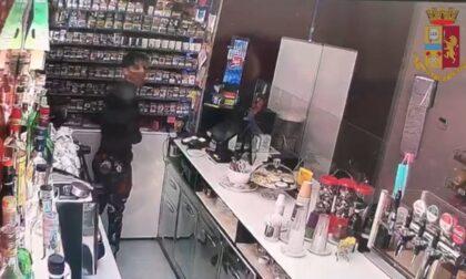 """Le foto del ladro ludopatico con le meches: preso mentre """"consumava"""" i Gratta e vinci rubati"""