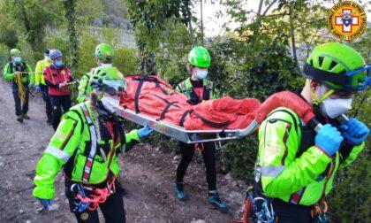 Scivola sul sentiero e si frattura la caviglia: soccorsa 48enne di Abano Terme