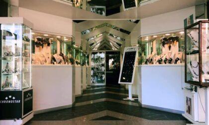"""Spaccata alla """"Galleria dell'Oro"""" di Abano: rubati dalla vetrina orologi per 5mila euro"""