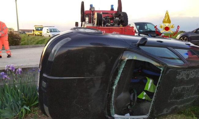 Le foto dell'auto rimasta incastrata tra il canale di scolo e un muretto: un ferito estratto dal parabrezza