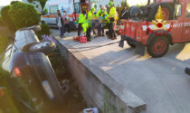 Le foto dell'auto rimasta incastrata tra il canale di scolo e un muretto: ferito grave estratto dal parabrezza
