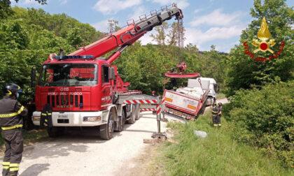 Le foto dell'autoarticolato bloccato che ha mandato in tilt il traffico a Battaglia Terme