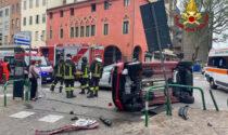 Le foto del violento scontro tra due auto in via Belzoni, una finisce ribaltata su un fianco