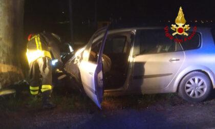 Incidente tra due auto, una finisce contro un platano