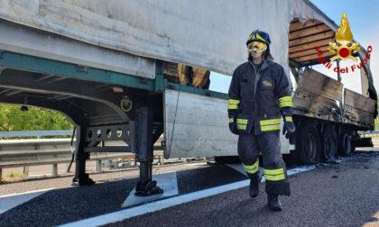 Le immagini del camion carico di materiale ferroso andato a fuoco lungo l'autostrada
