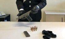 Nascondeva una pistola semiautomatica dell'esercito dell'ex Jugoslavia: 41enne in manette