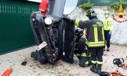 Perde il controllo dell'auto e piomba sulla rampa dei garage: 51enne ferito gravemente