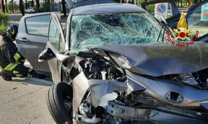 Le foto del tremendo scontro tra auto e furgone a Padova: una donna in ospedale