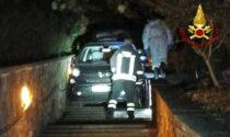 """Le incredibili foto dell'auto rimasta bloccata nella scalina della passeggiata """"Petrarca"""""""