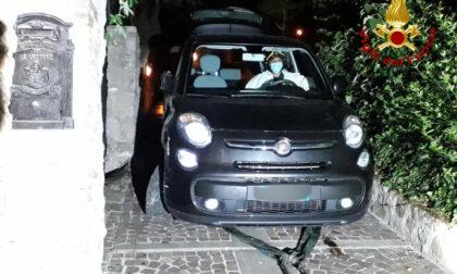 Auto bloccata sulla scalinata della passeggiata Petrarca, la donna alla guida era ubriaca