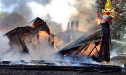 Densa colonna di fumo nero, bruciata la casetta degli scout a Noventa