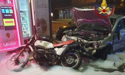 Le immagini del tragico incidente di via Turazza: scontro tra una moto e due auto, morto il centauro