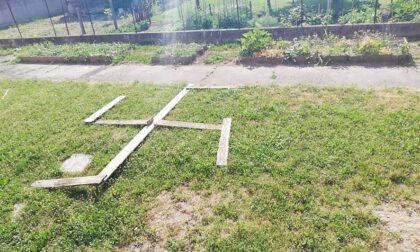 """Svastica nel giardino della scuola, il sindaco: """"Fatevi avanti e chiedete scusa"""""""