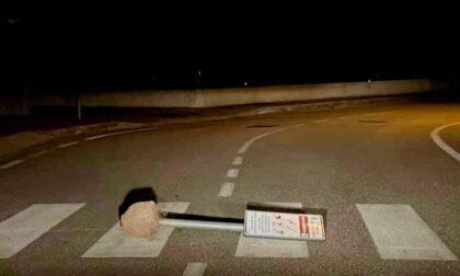 """Follia a Villa del Conte, sradicano il cartello e lo lasciano in mezzo alla strada: """"Poteva uccidere"""""""