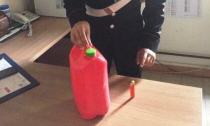 Prende di mira un anziano disabile e lo cosparge di benzina