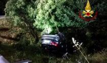 Svincolo di via Chiesanuova, le foto dell'auto volata fuori strada nella notte: un ferito