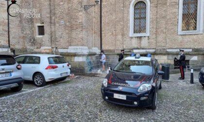 Disegnano delle figure falliche sulla facciata del Duomo: nei guai 3 ragazzi tra cui una minorenne