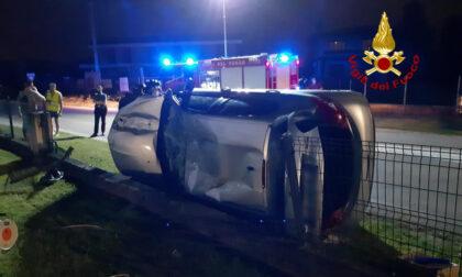 Perde il controllo dell'auto, sfonda la recinzione di una casa e finisce rovesciata: 24enne in ospedale