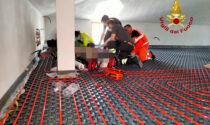 Malore mentre lavora in un sottotetto, l'intervento di pompieri e soccorritori