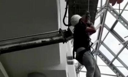 Operaio bloccato a dieci metri d'altezza nel centro commerciale: salvato dai Vigili del fuoco