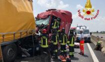 Incidente mortale in A13, il video dell'impressionante schianto tra tre camion e un'auto