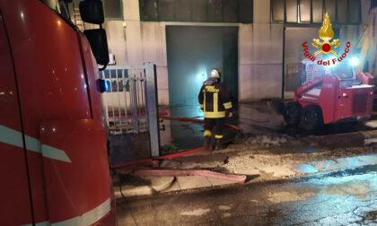 Le foto dell'incendio in un capannone di smaltimento e recupero di metalli