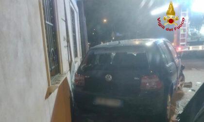 Piomba sulle auto parcheggiate fa strike! Quattro vetture distrutte