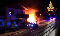 Paura nella notte a Brugine, l'auto brucia e rischia di incendiare anche la casa