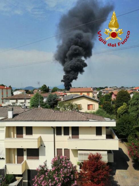 Le foto dell'impressionante colonna di fumo nero sopra il cielo di Selvazzano