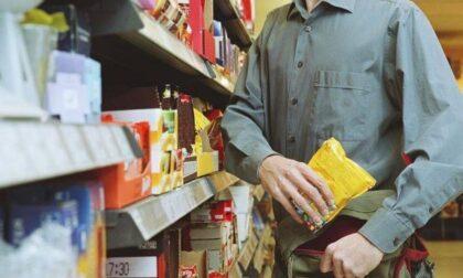 Ruba il Gin al supermercato e poi spintona la vigilanza: 19enne indagato per rapina