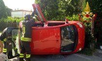 L'auto sbanda e si ribalta su un fianco, ferita la giovane conducente