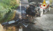 Principio di incendio dopo lo schianto contro il platano: conducente dell'auto ferito grave