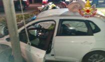 Perde il controllo dell'auto e finisce fuori strada: feriti gravemente due giovani
