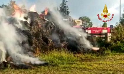 Rotoballe a fuoco, le immagini dell'incendio in un'azienda agricola padovana