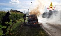 Range Rover divorato dalle fiamme sulla provinciale a Piazzola sul Brenta