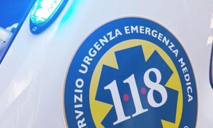 Inciampa sul marciapiede e l'espositore che stava sistemando fuori dal negozio le cade addosso: 56enne ferita