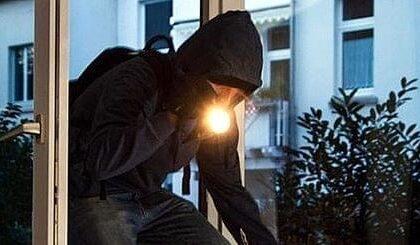 Serata da incubo per tre ragazzi minacciati in casa col coltello e derubati