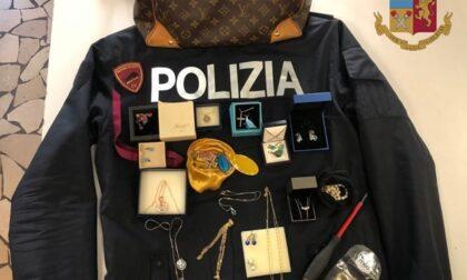 Topi d'appartamento colti sul fatto, nella borsa di lei monili e oggetti preziosi