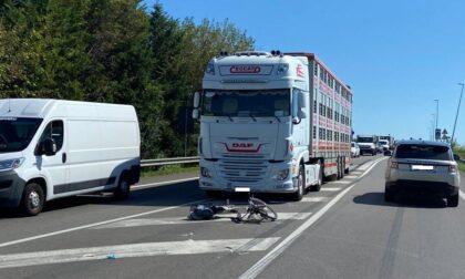 Grave incidente sulla Piovese, ciclista 65enne travolto dal camion: è in prognosi riservata