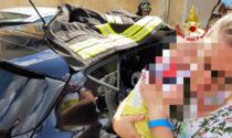 """Neonato resta chiuso dentro l'auto nel parcheggio dell'ospedale, liberato dagli """"angeli"""" dei Vigili del fuoco"""