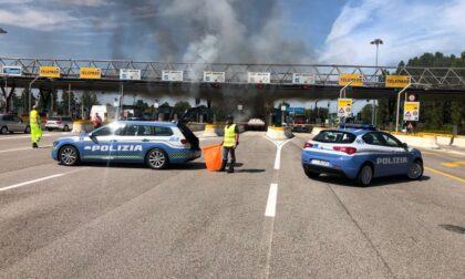 Paura al casello di Padova ovest, camioncino prende fuoco: traffico in tilt