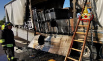 Autocarro in fiamme sull'A31, le foto dell'incendio domato dai Vigili del fuoco