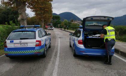 Esce di strada con l'auto e si inabissa nel canale: morta 71enne