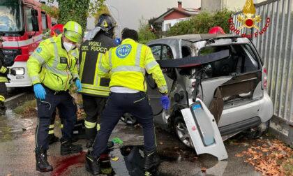 Resta incastrato nella Smart dopo l'incidente: 19enne gravissimo